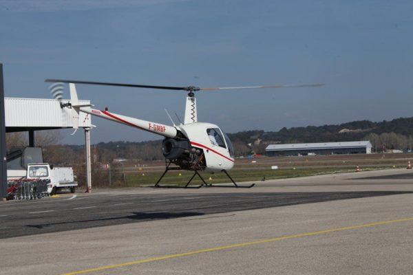 R22 blanc en train de décoller