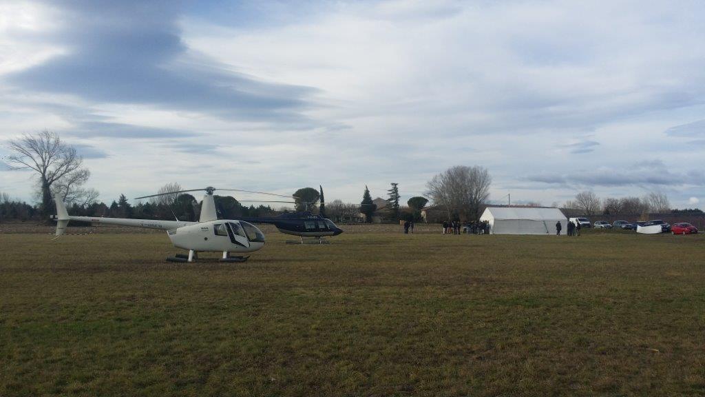 R44 et BELL posé dans un champs pour un cimoté d'entreprise