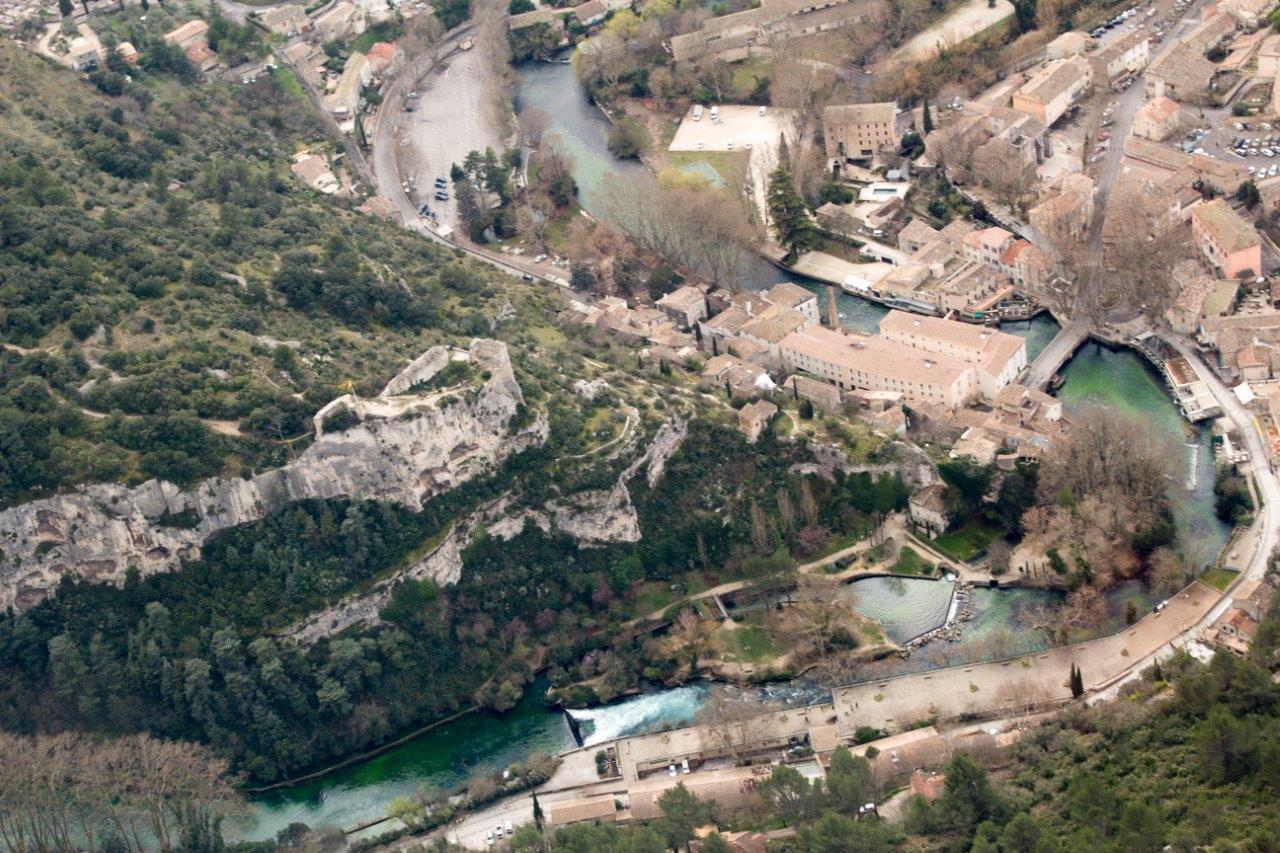 Vu aérienne de Fontaine de Vaucluse en hiver dans le Luberon