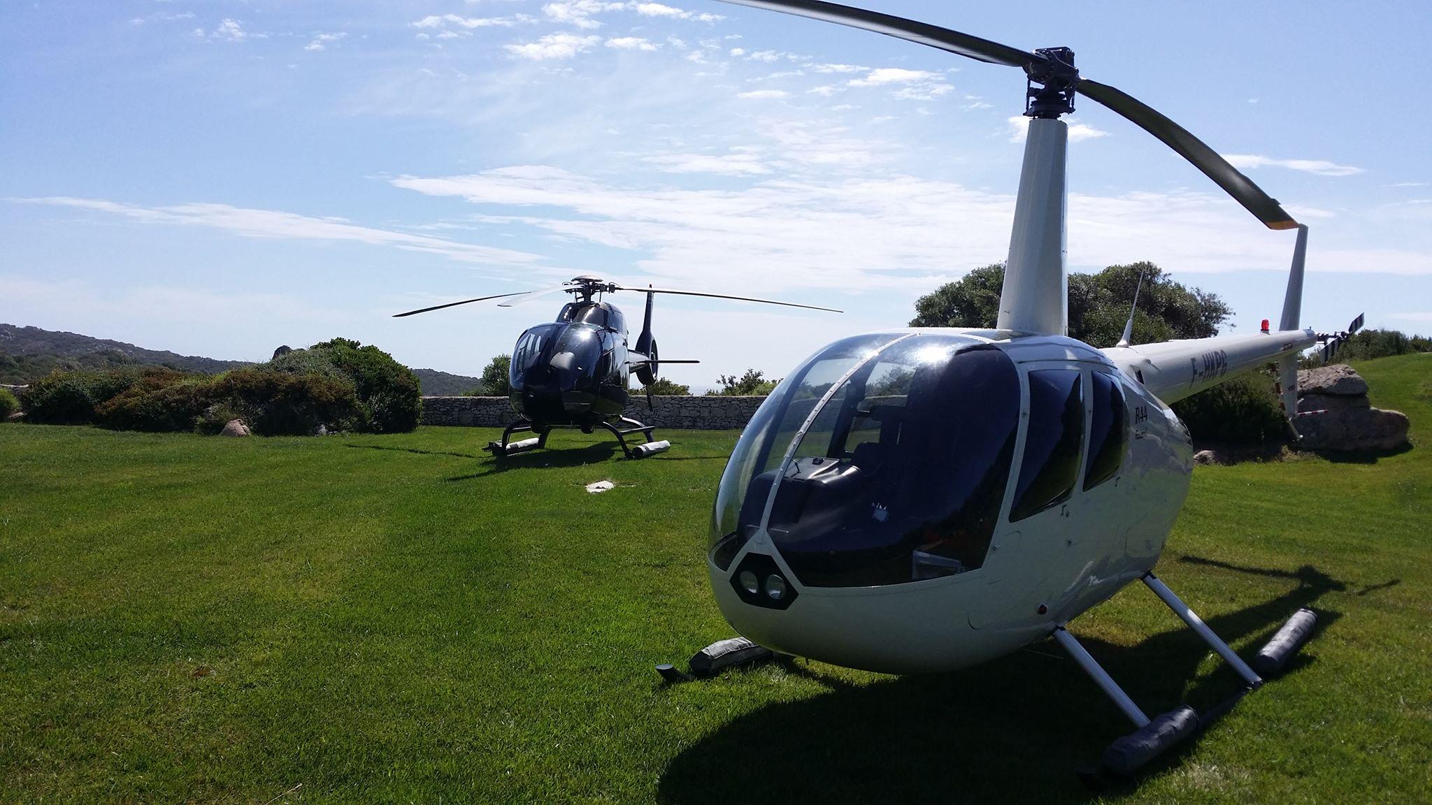 R44 blanc et EC1200 posés dans un jardin pour séminaire