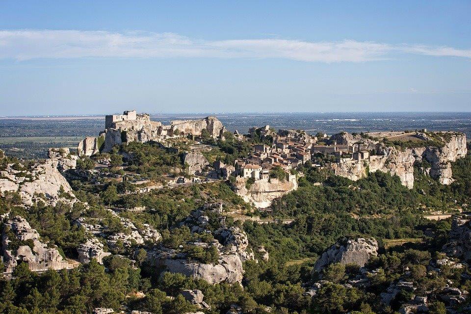 Vu aérienne de la Chaîne des Alpilles et du Château des Baux de Provence